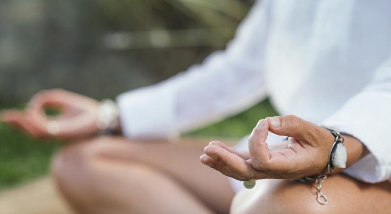 mindfulness-sevilla-mujer-meditando